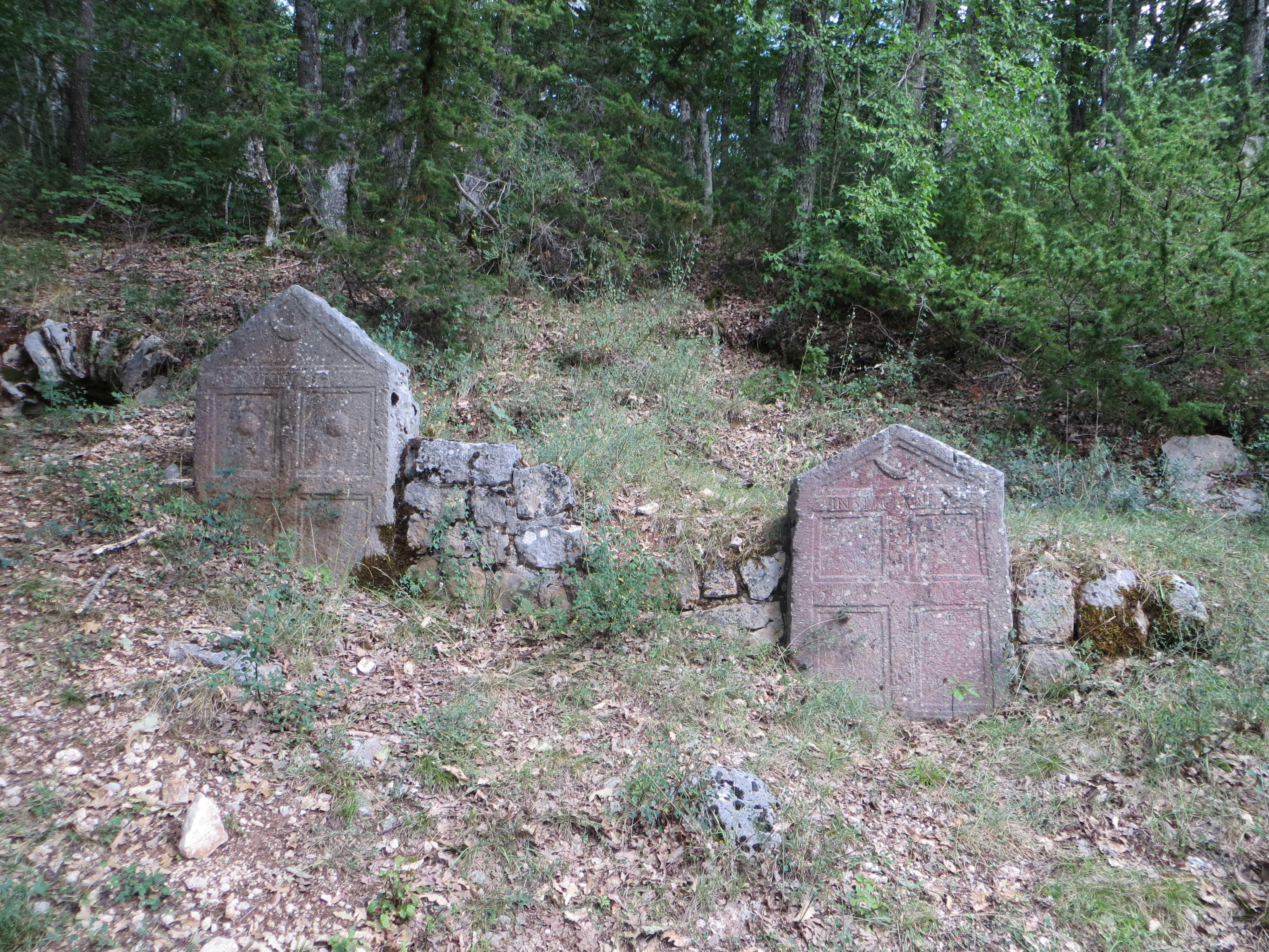 Necropoli del Cantone - tombe con stele-porta