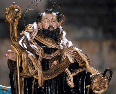 Dall'antica dea Angizia alla festa odierna di San Domenico a Cocullo: il rito dei serpari attraversa i secoli.
