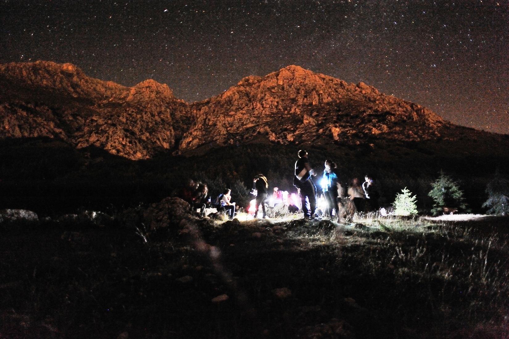 Escursione astronomica notturna guidata e cena in rifugio di montagna.