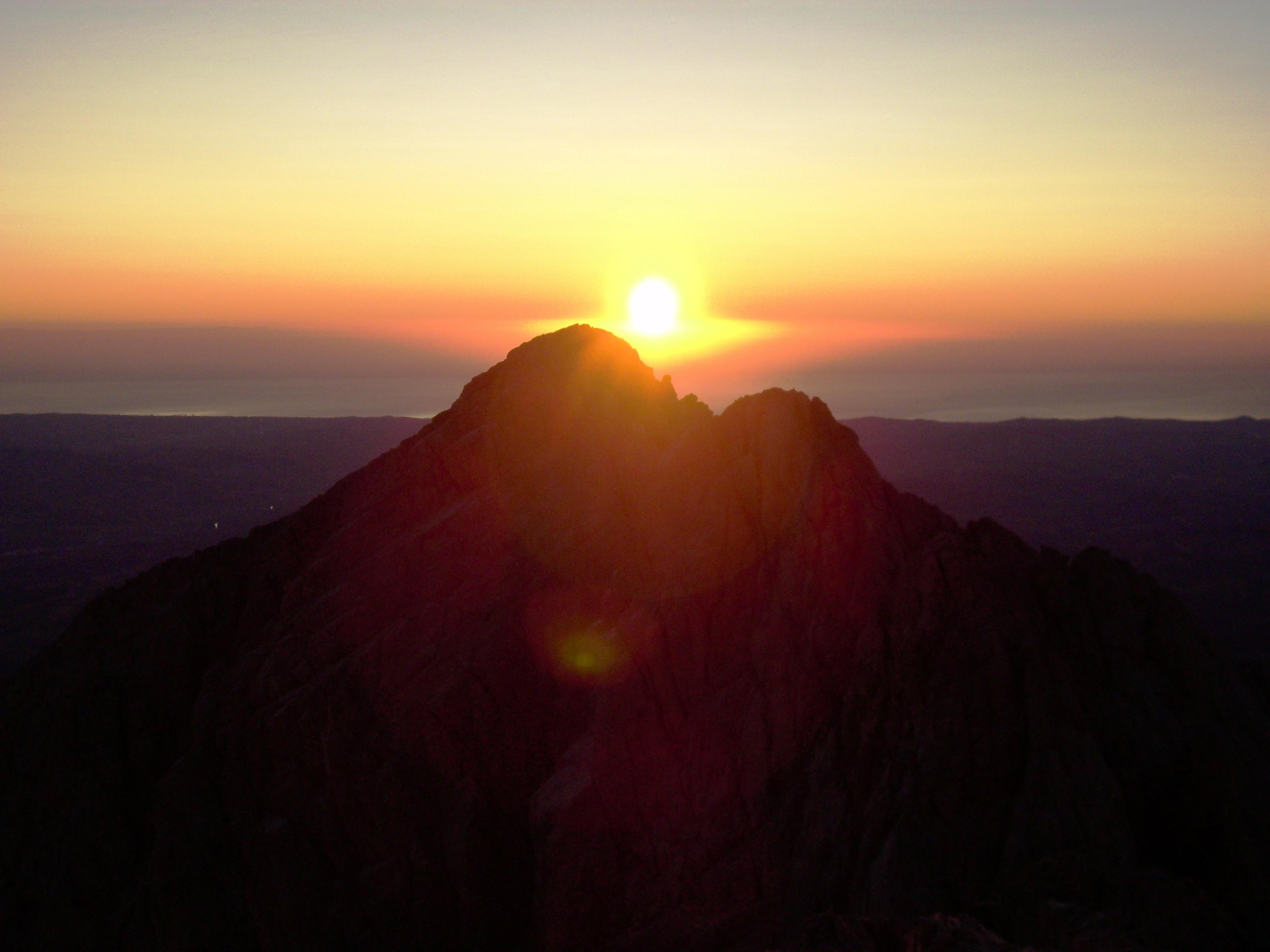 Solstizio d'estate: trionfo del sole e della luce sul buio della notte