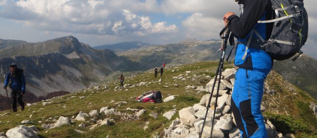 Come vestirsi e cosa portare in montagna durante un'escursione