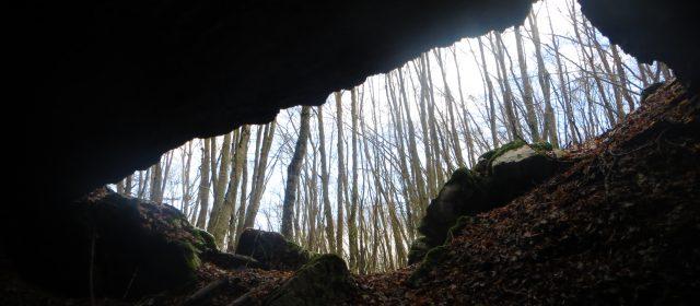 Escursione ad anello alla Grotta d'Orlando: tra misteri, magie, bosco e sacralità